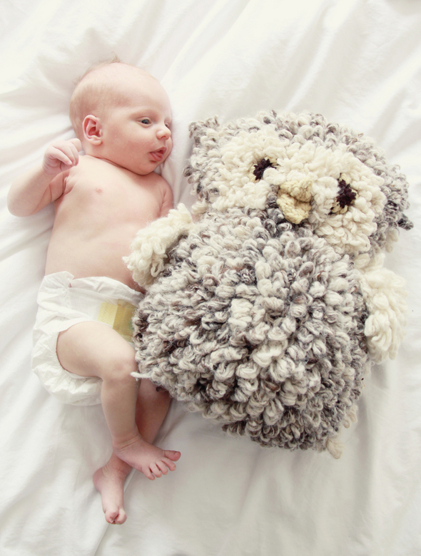 Huub met zijn grote vriend - De knuffel is bijna zo groot als Huub zelf, wat het heel schattig maakt. Ik heb de kleuren nabewerkt om het een 'oud