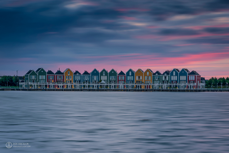 Gekleurde huisjes - Gekleurde vissershuisjes aan de Rietplas in Houten tijdens zonsondergang.