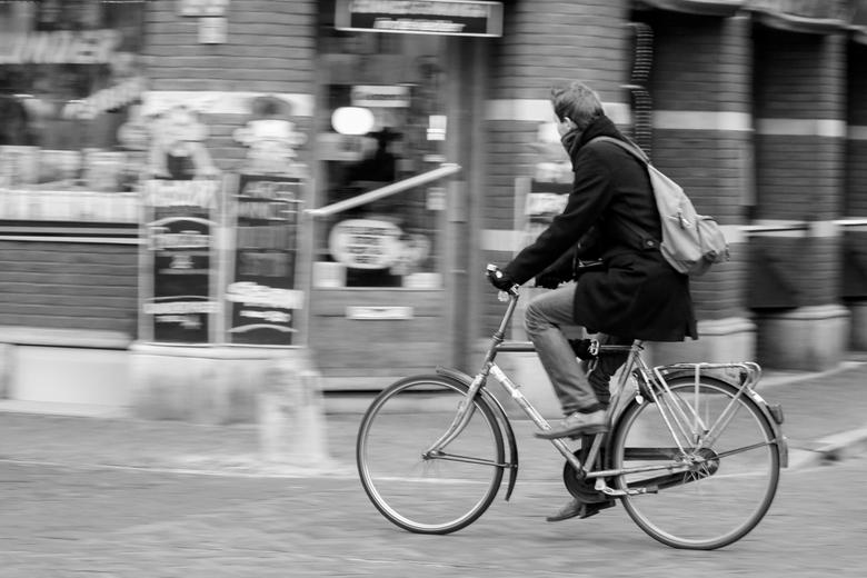 Fietser in Utrecht - Fietser in Utrecht.<br /> zwart wit<br /> Bij de grachten.