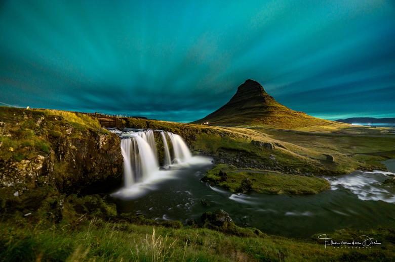 Kirkjufell - We hadden geen onbewolkte nacht in IJsland. Deze nacht was er ook bewolking maar wel dun. Er was ook Noorderlicht. Niet echt te zien met