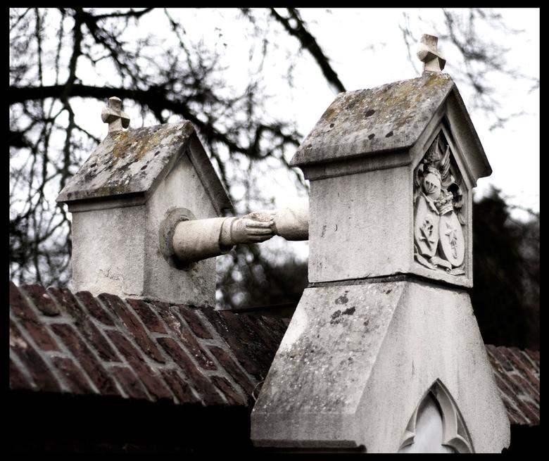 Graf met de handjes - Vandaag op de oude begraafplaats in Roermond geweest, veel te zien o.a. het unieke graf met de handjes:<br /> &quot;Katholieken