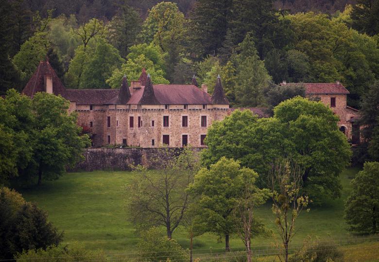 Kasteel in de natuur - Een van de vele kastelen in de Franse Dordogne, schitterend in de groene natuur.
