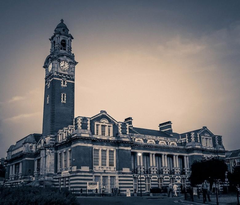 Acht uur - de eerste foto welke ik vorig jaar maakte in Engeland. Een school/college in Bournemouth, zuid-west Engeland
