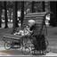 Kind park Ufa lief lolly likkende terwijl opa stond te kletsen