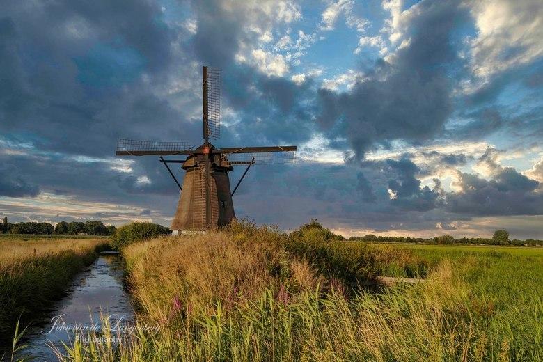 Molen - De Oude Doornse molen is een poldermolen gebouwd rond 1700 in de plaats Almkerk in de Nederlandse gemeente Altena. Eigenaar is Molenstichting
