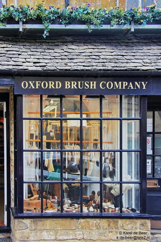Burford 03 - Een winkeltje met alleen borstels, dat kan alleen in Engeland. Jammer dat er door de spiegeling net een auto door de etalage reed..... ma