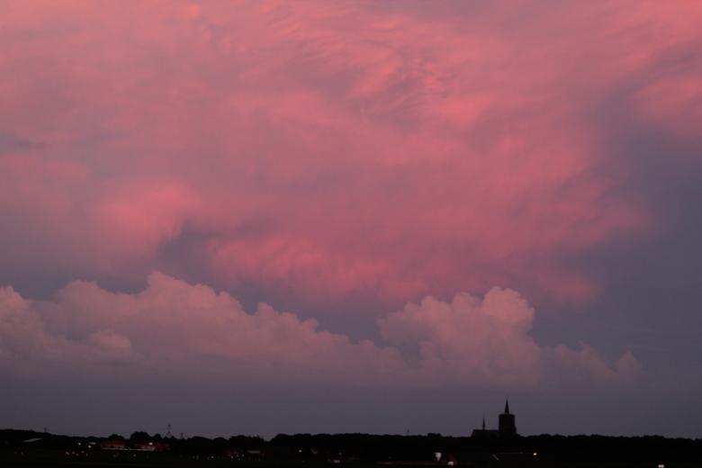 015.JPG - ondergaande zon schijnt op aankomende onweerswolken