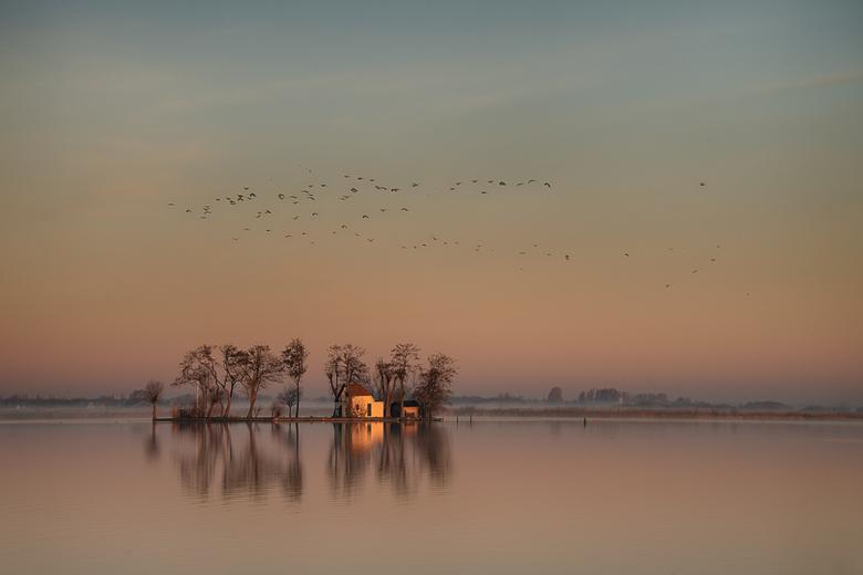 Vroege ochtendsfeer.  - Mooie ochtendsfeer bij het meer.....
