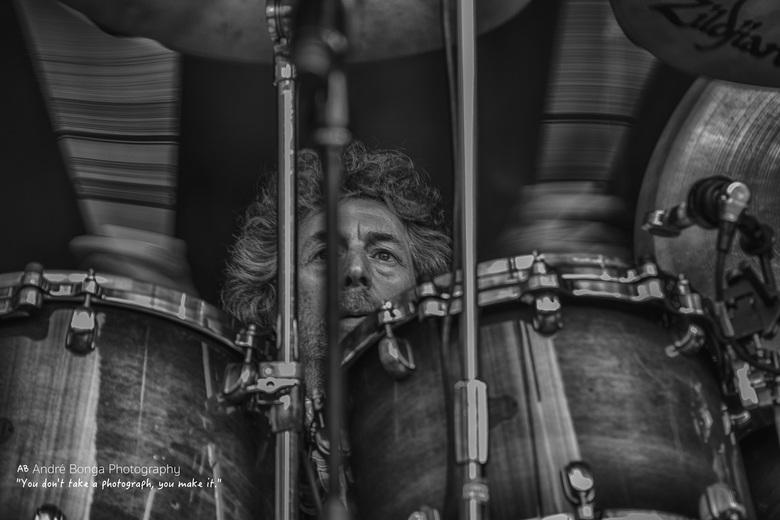 Simon Phillips  Drummer Toto  - Simon Phillips in zwart /wit  HDR - eerste kennismaking met portret / concert fotografie.<br /> moet nog veel leren..