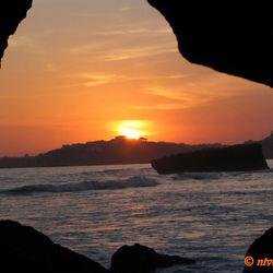 Zonsondergang door rotsspleet.