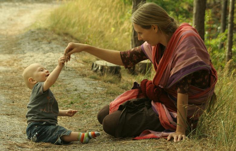 lief .... - En met al die winterse foto's van nu, ga ik even terug naar zonnige tijden: Moeder en kind spelend met dennennaalden en zand bij een