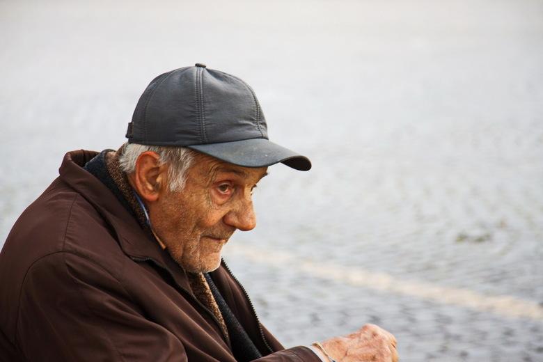 Oud worden.... - en je dagen slijten op een bankje aan het water, alleen met je eigen gedachten.<br /> Prachtig of juist pure eenzaamheid?