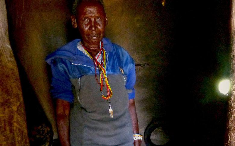 Masaai vrouw - Een Masaai vrouw in haar huisje in arik County