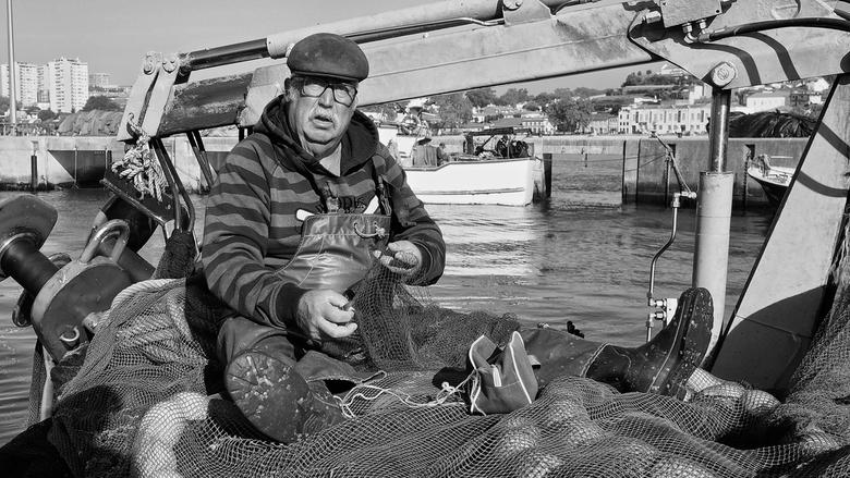 Visser in Afurada II - Deze visser zat zijn netten te boeten in de haven van Afurada (Portugal). Toen hij opkeek drukte ik af wat een prachtige gezich