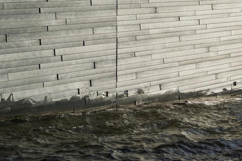 Water & wood - Rechte lijnen in het hout in contrast met het chaotische water.