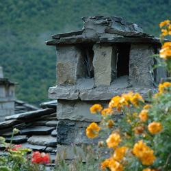 Authentiek schoorsteentje in Zagoriadorp Megalo Papingo (Griekenland)