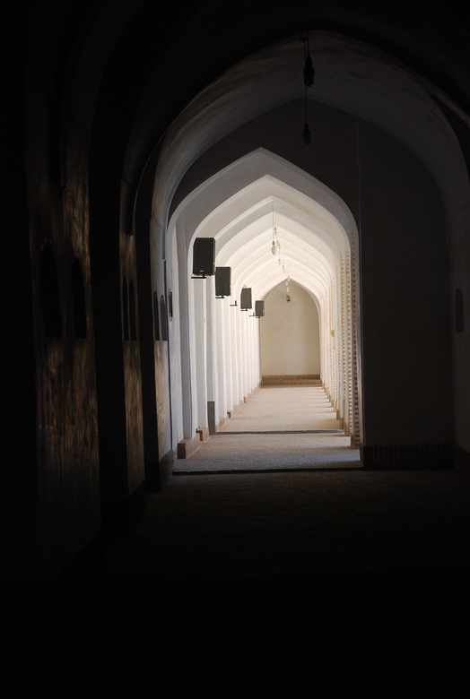lichtinval zuilengalerij - geeft goed weer het ook in een moskee is, betoverend