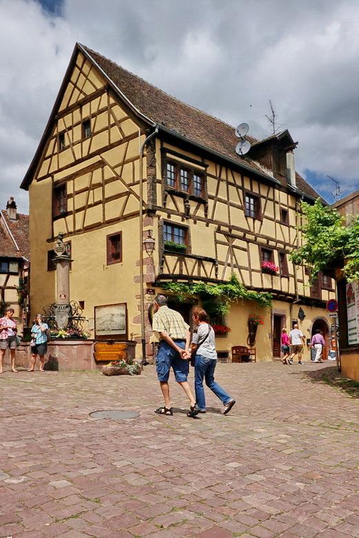 Riquewihr Elzas Frankrijk. - Riquewihr ligt midden in een gebied vol wijngaarden. <br /> Zodra je de door de poort van de oude verdedigingsmuren loop