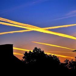Gouden Vliegtuigstrepen in de vroege ochtend zon