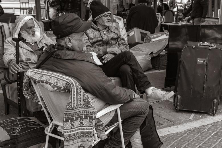 Old men together - Deze 3 mannen zaten rustig bij elkaar op de rommelmarkt in Tel Aviv.  Hun dag overpeinzend en hopen dat ze wat spullen verkopen.