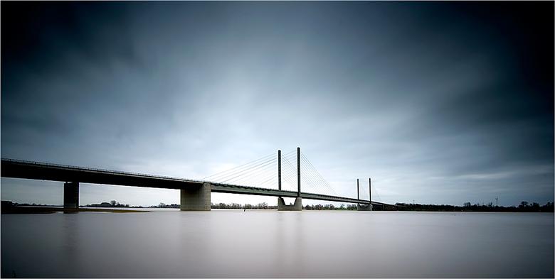 Hoog water #355 - Hoog water in 2020 in de Rijn onder de Rheinbrücke van Rees (Duitsland).