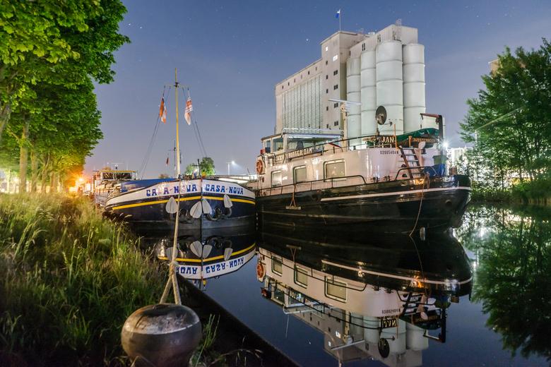 Casa Nova - 2 binnenvaartschepen die liggen aangemeerd in Helmond(Suytkade, Albatroskade)