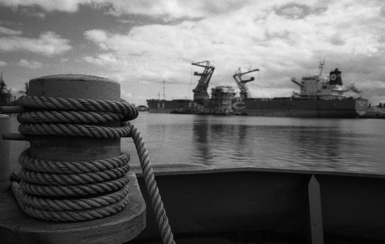 Vlothaven Amsterdam 01 - Al eerder een digitale versie geupload, nu de analoge met de Canon A1, ook 28mm met roodfilter, Ilford HP5 op 800 ISO.<br />