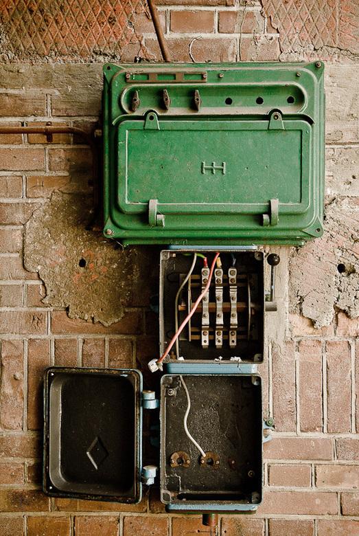 Electriciteitskast in verlaten oude fabriek