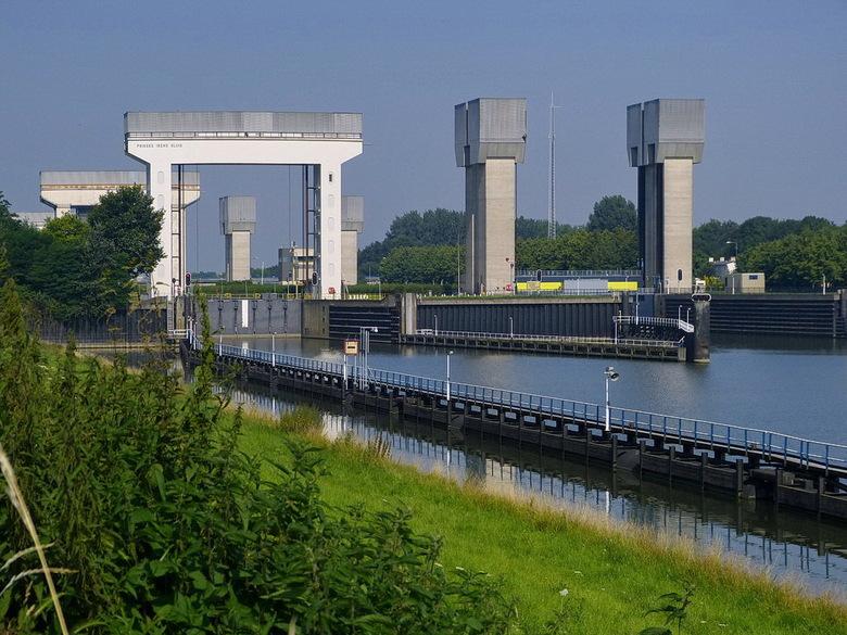 Amsterdam rijnkanaal en omgeving 431 - Prinses Irenesluizen, Amsterdam Rijnkanaal en omgeving.<br /> <br /> 26 juli 2012.<br /> Groetjes, Bob.