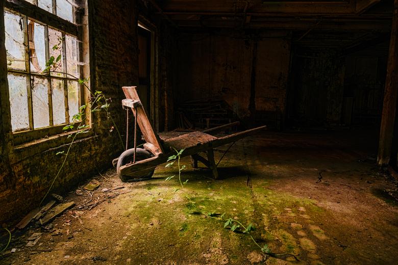 Waakzaam en Dienstbaar (HDR) - Een kruiwagen in een verlaten fabriek. De zelfde fabriek als de vorige foto. Het licht was ongelofelijk! De wolken die