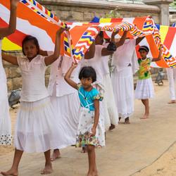 Optocht bij de heilige boom Sri Maha Bodhi in anuradhapura