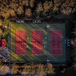 Tennisbaan in bos