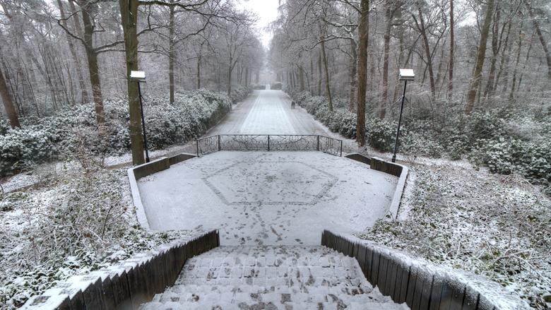"""Uitzicht theehuisje - Vandaag met Ron en Mieke naar kasteel Ravenhorst geweest , wat een """"lekker"""" sneeuwbui....dit is het theehuisje, helema"""