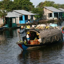 Over het Tone Saple rivier van Siem Riep naar Battambang in Cambodja