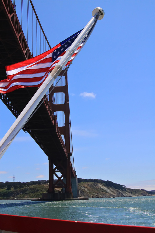 Stars and Stripes - Stars and Stripes, vier in top, vaarend onder de Golden Gate Bridge door....<br />