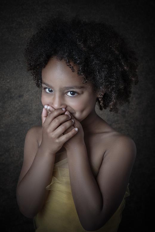 Stiekem lachje - Ze wilde haar lach verstoppen, dit zorgde voor een pure emotie op de foto.