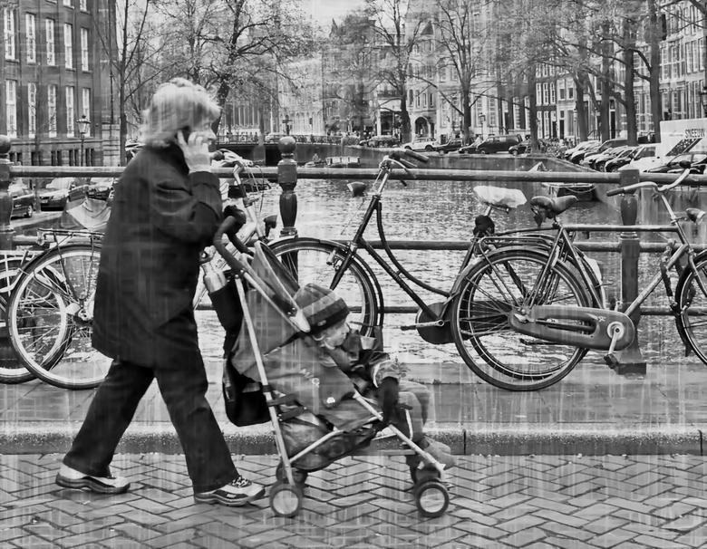Wie zegt dat alleen . .  - AMSTERDAM -  . . . de jeugd met de telefoon loopt . . . .?