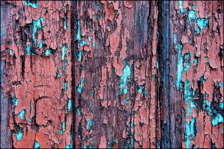 Artistic Aging 02 - Vooral ter plaatse van heel wat oudere boerderijen kun je vaak fraaie verwering aantreffen. Zo ook deze. De verflagen van de boere