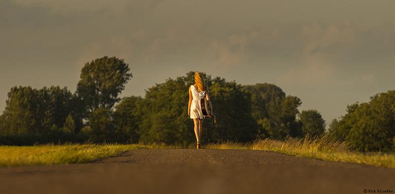 """Girl and her guitar... - En nog eentje... <img  src=""""/images/smileys/wilt.png""""/><br /> Wat een prachtig licht hadden we met deze shoot zeg! Ruim 2,5"""