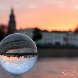 Aanzicht van Zutphen door een glazen bol