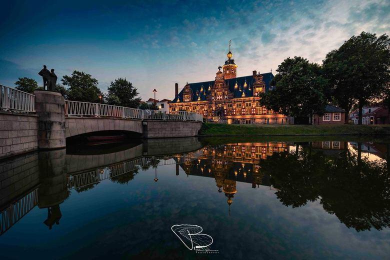 Shoot the Runner - Het prachtige en eeuwenoude Klovenierdoelen in Middelburg wordt weerspiegelt in de gracht tijdens het blauwe uurtje