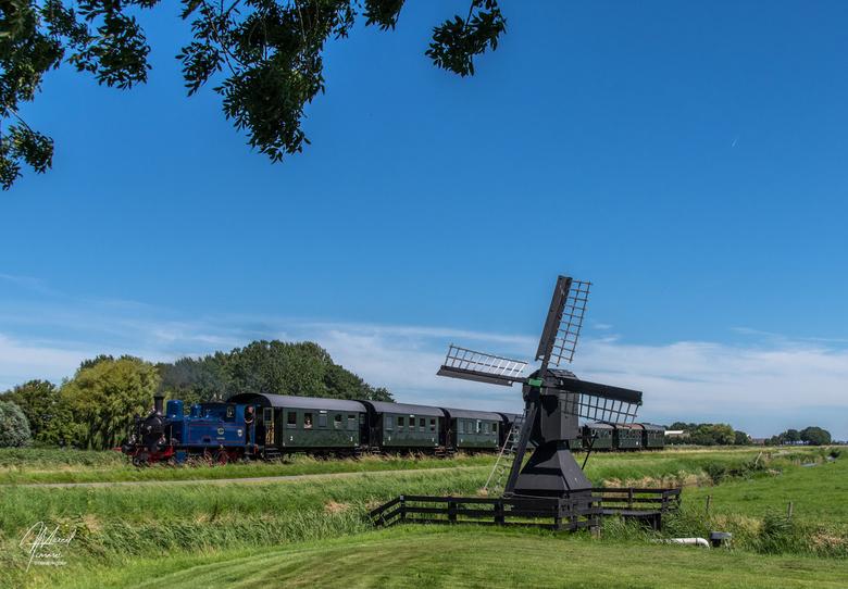 """SHM loc-5, Klikjesmolen - SHM loc-5 """"Enkhuizen"""" rijdt over de Broerdijk in het Noord-Hollandse Westland en passeert de Klikjesmolen op weg v"""