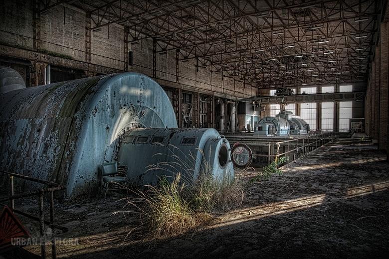 Verlaten energiecentrale - Meer dan 15 jaar geen energie meer uit deze centrale.<br /> Op sommige plekken groeien de plantjes uit de vloer.<br />