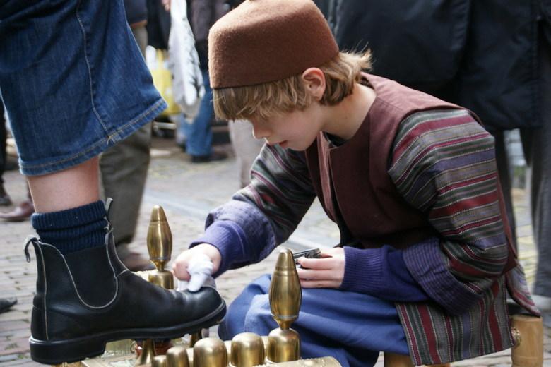 Schoenpoetser - Foto gemaakt tijdens de Anton Pieck dag in Haarlem d.d. 12-12-2009