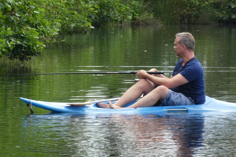 snoeken in een klein bootje  -  heerlijk vakantie gevoel   vissen op het water. Onze een na jongste zoon.   gr Bets