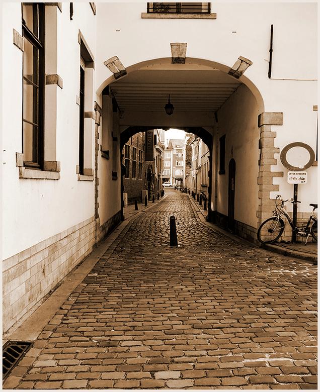 LEUVEN STAD 3 - Een van de vele steegjes uit de binnenstad in Leuven.