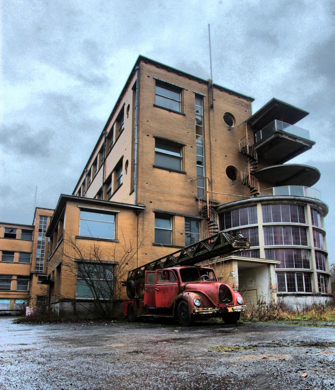 Die blust niet meer - Vorige maand in een verlaten sanatorium in België geweest.<br /> Deze auto stond er ook verlaten bij.
