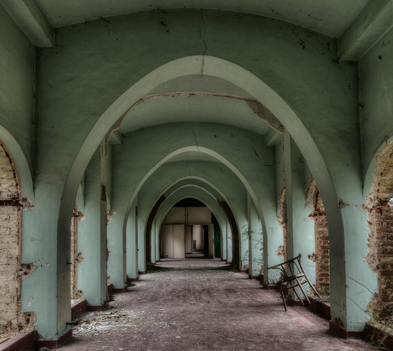 een stoel met een verhaal... - een van de vele kloostergangen in een Belgisch, verlaten, vervallen klooster waar het verval enorm was