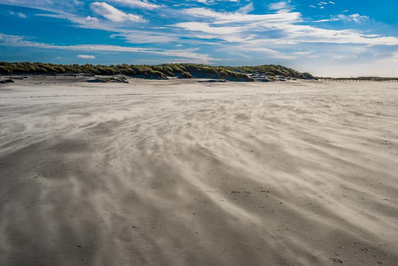 Curved pattern on a windy day - Een mooie november dag met harde wind zorgde voor mooie patronen van stuivend zand.