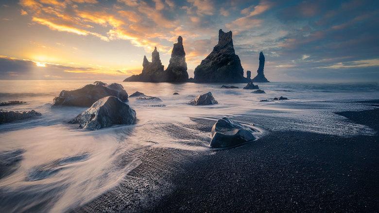 Rots pieken  - Reynisfjara .... als je ooit dit zwart strand bezoekt ,ga dan even tot bij de  versteende vikingschepen .... maar let op voor het tij !